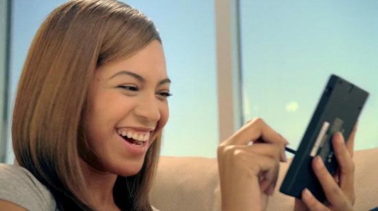 Beyonce playing Nintedo DS