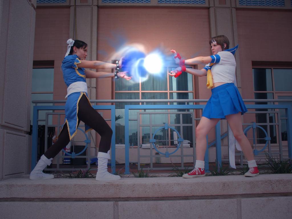 street fighter chun li vs sakura cosplay girls
